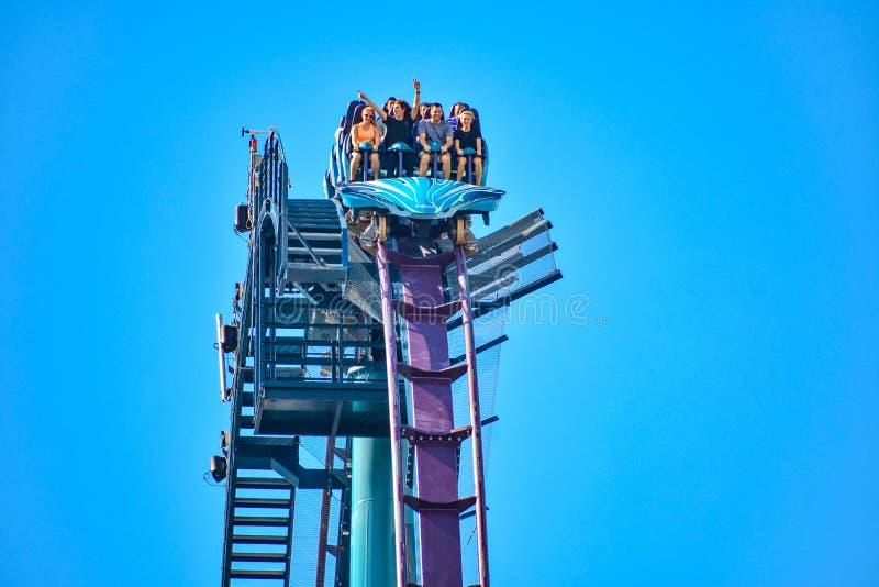 Deze achtbaan is gekend voor hoge snelheden, diepe duikvluchten en trillingen rond elke draai in Seaworld op Internationaal Aandr royalty-vrije stock fotografie