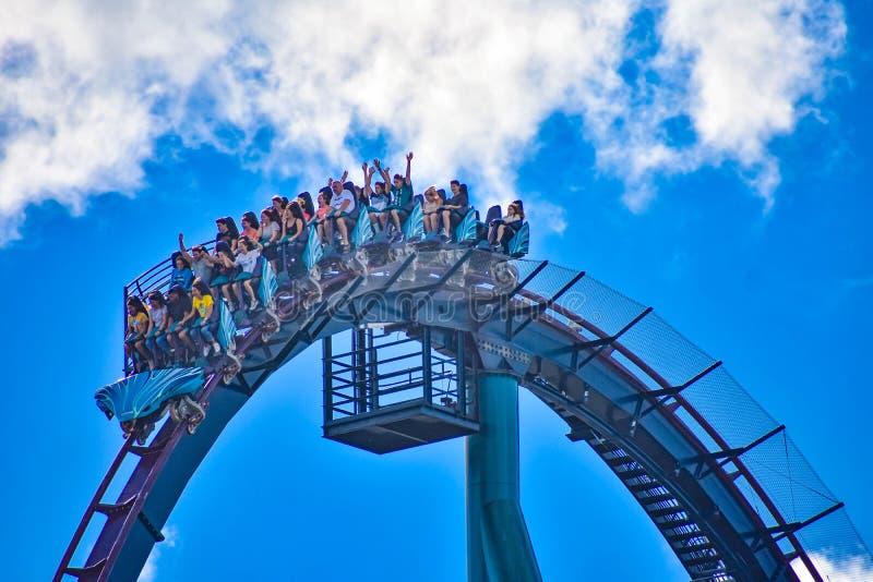 Deze achtbaan is gekend voor hoge snelheden, diepe duikvluchten en trillingen rond elke tur stock fotografie