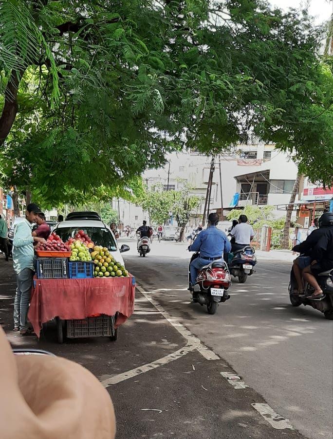 In deze beelden zijn het sellar fruit verkopend vele types van vruchten op de weg van de hoek en de volkeren ook in pics royalty-vrije stock foto's