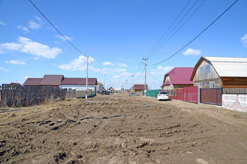 in deze foto kunt u de staat van de wegen op een gewone dorpsstraat in het gebruikelijke dorp van Rusland zien stock afbeelding