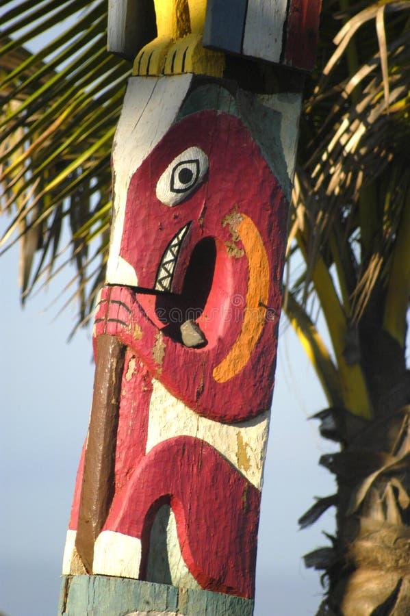 Deze Hawaiiaanse totem heeft unieke schepselen en symbolen van oud Hawaiiaans Goud stock foto