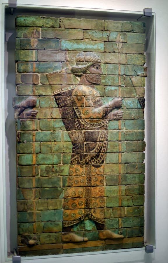 Deze mensen met bogen en spears worden afgeschilderd bij Ishtar-Poort, één van de poorten aan oude Babylon royalty-vrije stock afbeeldingen