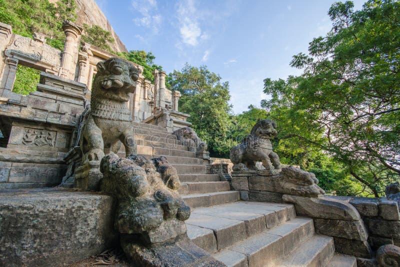 Deze steenleeuw door de kant van de trap, wordt afgeschilderd op de Tien Roepienota in Sri Lanka stock afbeelding