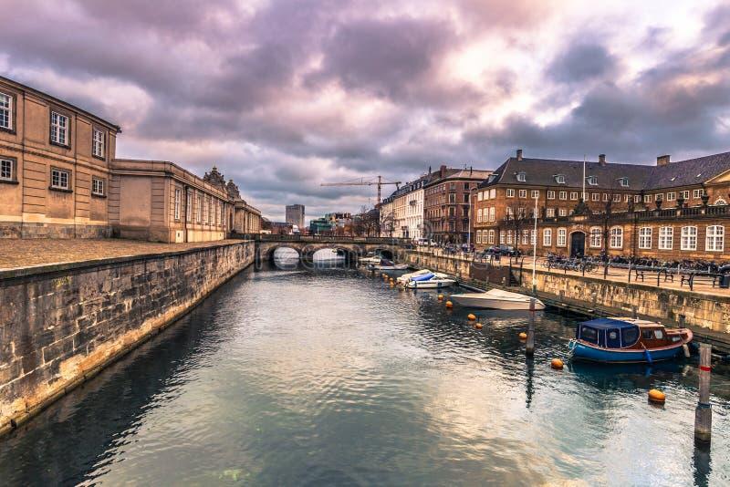 5. Dezember 2016: Boote an einem Kanal in Kopenhagen, Dänemark lizenzfreie stockfotografie