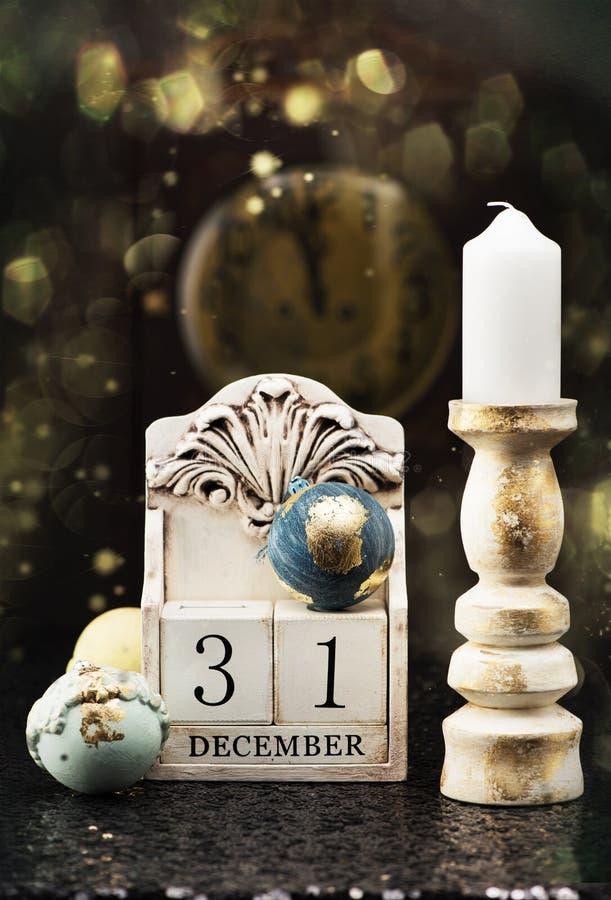 31. Dezember hölzerner Kalender, Weinlese Weihnachtsbälle und antike Uhr stockfotografie