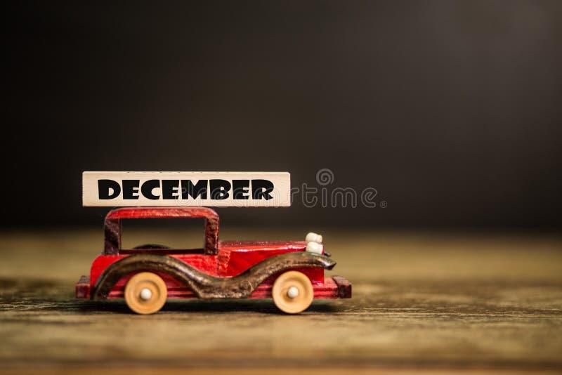 1. Dezember Hölzerner Zahlblock eingestellt im Dezember mit Spielzeugauto Guten Rutsch ins Neue Jahr-Tagesfeierkonzept stockbild
