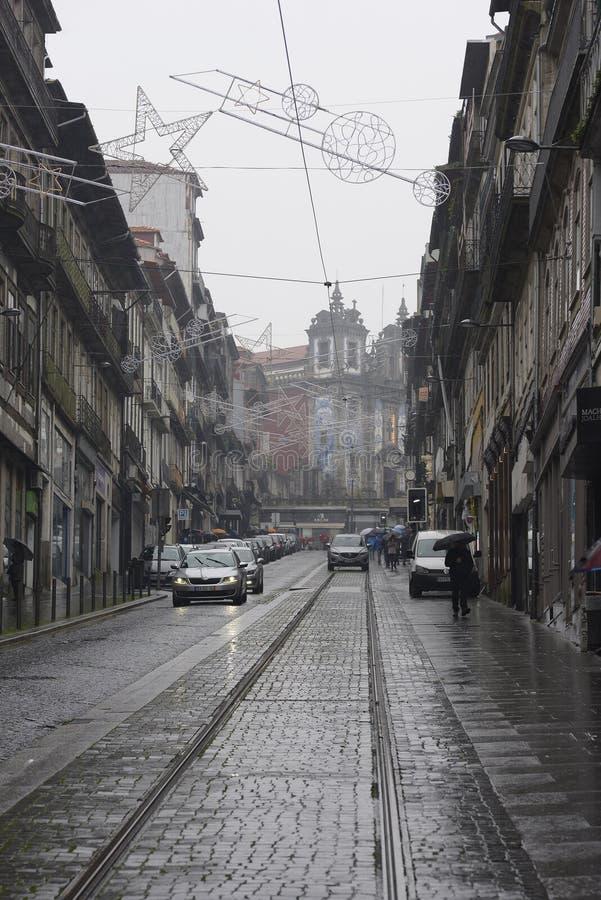 8. Dezember 2019, Porto, Portugal Auto in der Mitte der Straßenbahn stockfotografie