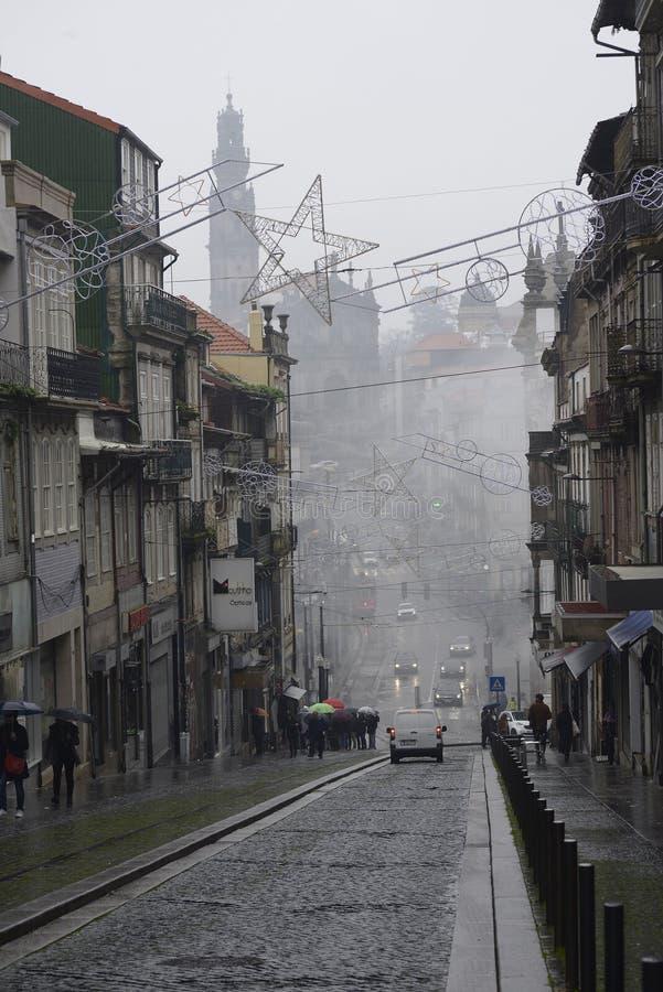 8. Dezember 2019, Porto, Portugal Typische Stadtstraße mit Nebel lizenzfreies stockfoto