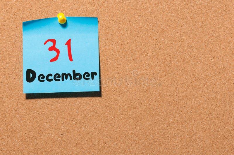 31. Dezember Tag 31 des Monats, Kalender auf KorkenAnschlagtafel Neues Jahr am Arbeitskonzept Blume im Schnee Leerer Raum für stockfotografie