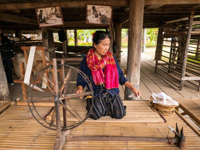dezembro, 25 2017 As mulheres adultas demonstram ao procedimento de fazer a seda tailandesa na exploração agrícola de Jim Thompso imagem de stock