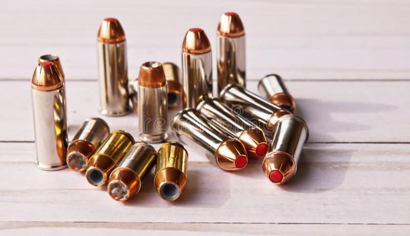Dezesseis balas, oito 40 pontos da cavidade do calibre e oito 44 uns derrubados vermelhos especiais imagem de stock royalty free