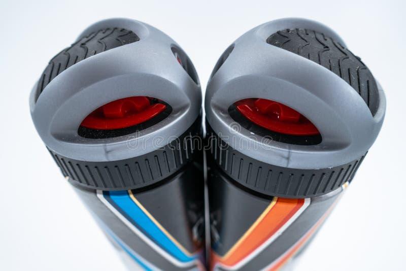 Dezodorant kiści puszek abstrakcjonistyczny twarz w twarz przeciw białemu tłu fotografia stock