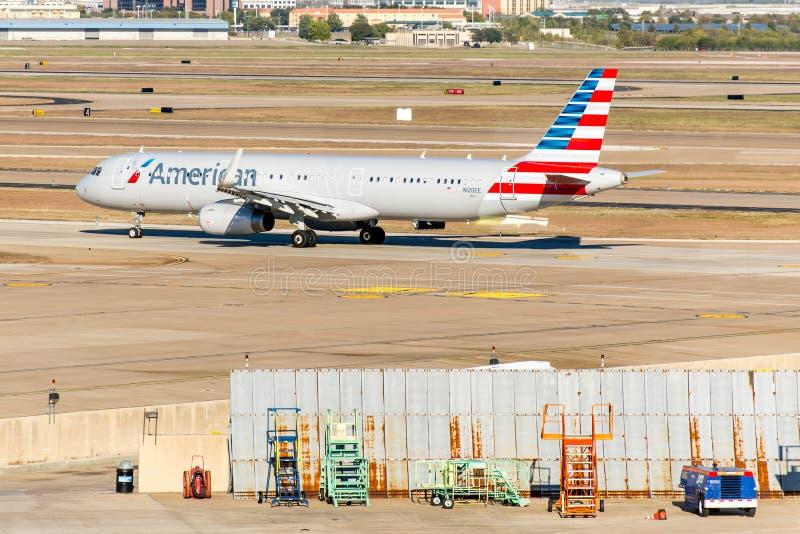 DFW-flygplats - flygplan på rampen arkivbild