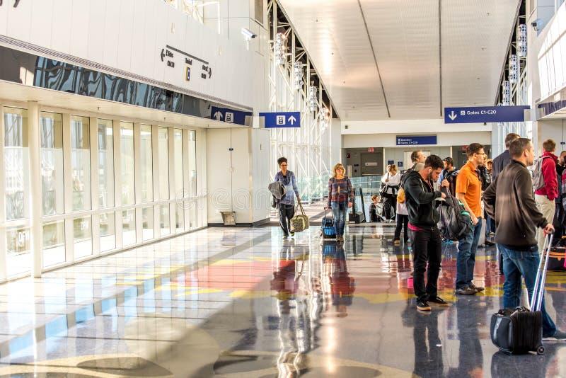 DFW-luchthaven - passagiers in de Skylink-post stock afbeeldingen