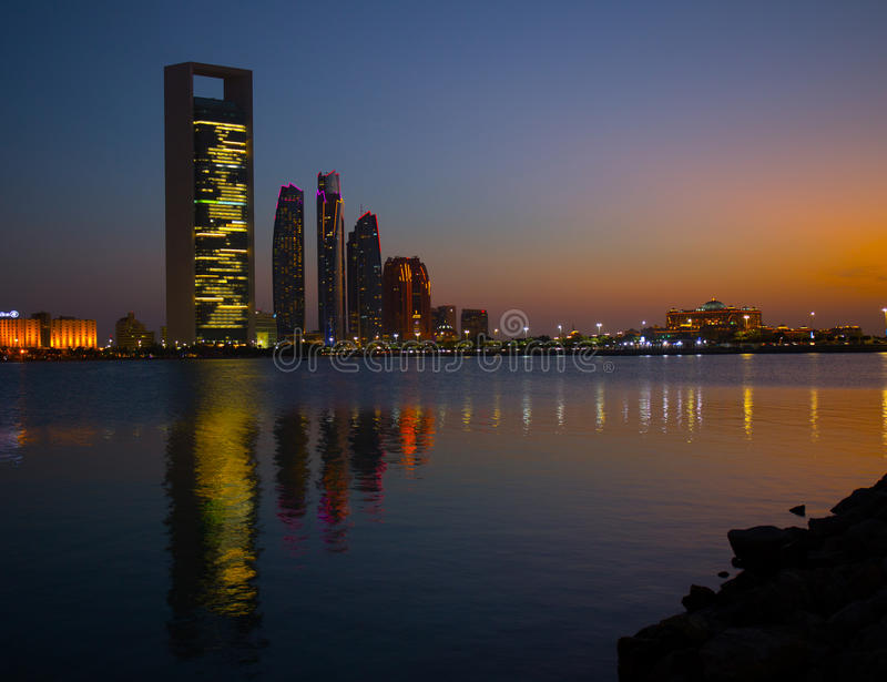 Dhabi-Skyline nachts stockbild