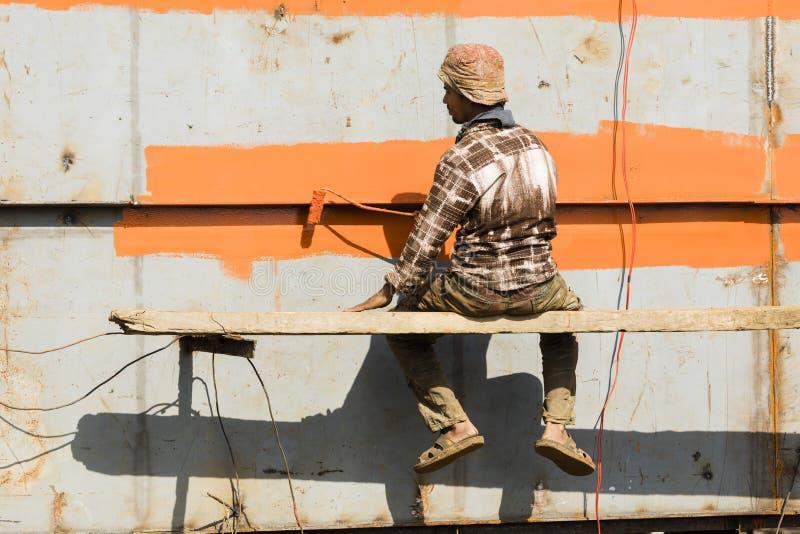 Dhaka, Μπανγκλαντές, στις 24 Φεβρουαρίου 2017: Ο ζωγράφος συνδέει την προστασία σκουριάς σε ένα σκάφος σε Dhaka στοκ εικόνα με δικαίωμα ελεύθερης χρήσης