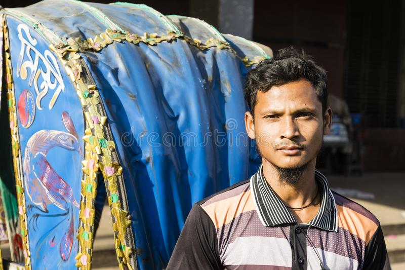 Dhaka, Bangladesch, am 24. Februar 2017: Porträt eines lächelnden Trishaw-Fahrers lizenzfreie stockbilder