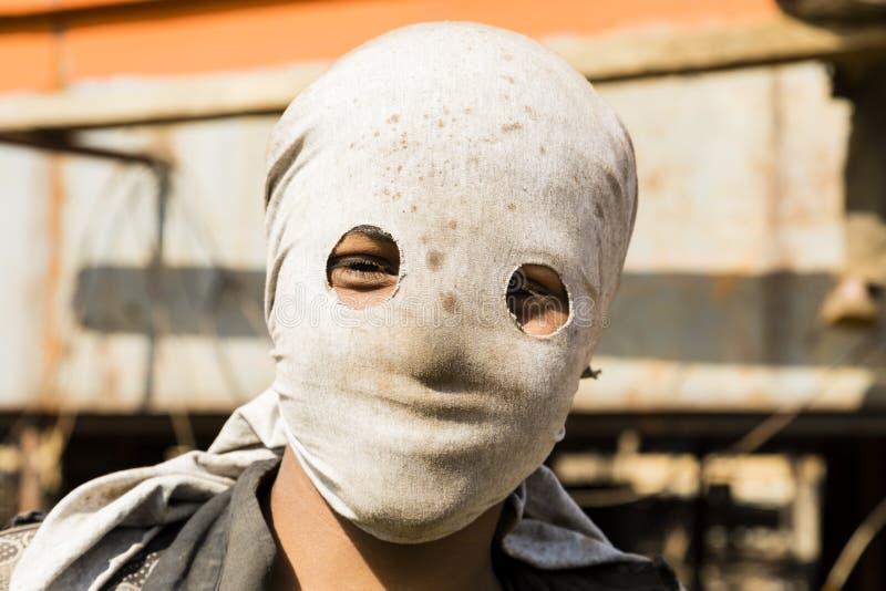 Dhaka, Bangladesh, 24 Februari 2017: De arbeider bij een Dhaka-scheepswerf draagt een baklava stock fotografie