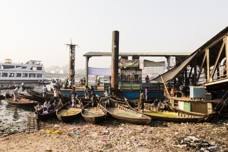 Dhaka, Bangladesh, 24 Februari 2017: De kleine roeiboten dienen als taxiboot royalty-vrije stock afbeelding