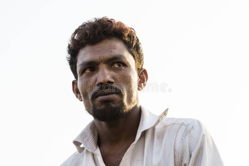 Dhaka, Bangladesh, 24 Februari 2017: Inwoner van Bangladesh mens met het slaan van gezichtseigenschappen stock foto