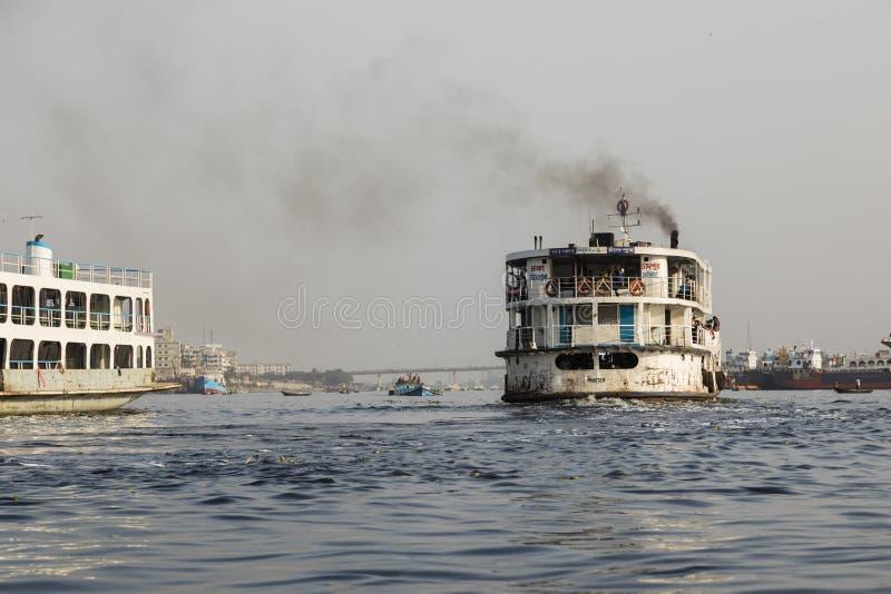 Dhaka, Bangladesh, 24 Februari 2017: Oude roestige veerboot op de Buriganga-rivier stock fotografie