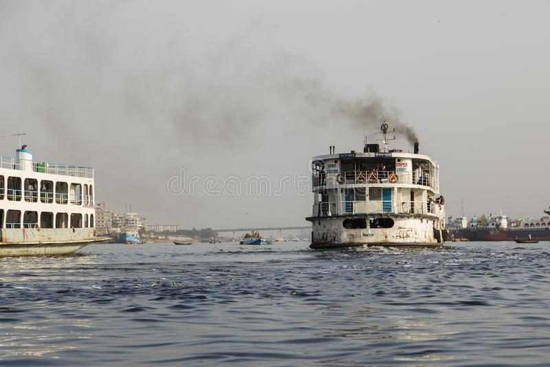 Dhaka, Bangladesh, le 24 février 2017 : Vieux ferry rouillé sur la rivière de Buriganga photographie stock