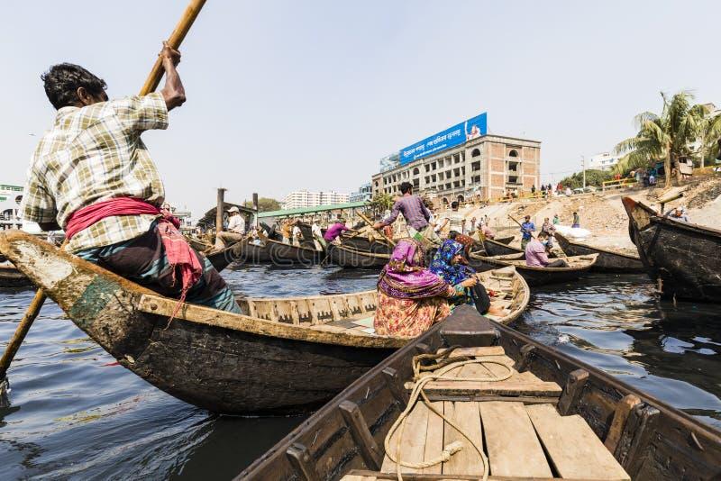 Dhaka, Bangladesz, Luty 24 2017: Pasażery przyjeżdżają w drewnianej taxi łodzi w Dhaka zdjęcie royalty free