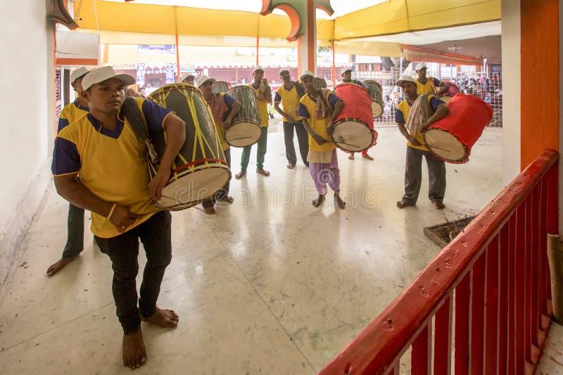 Dhaki le batteur jouant Dhak dans le puja de Durga photo stock