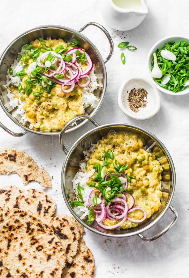 Dhal indiano con il riso del gelsomino, la cipolla rossa marinata, la cipolla di inverno e l'intero flatbread del grano su fondo  fotografia stock