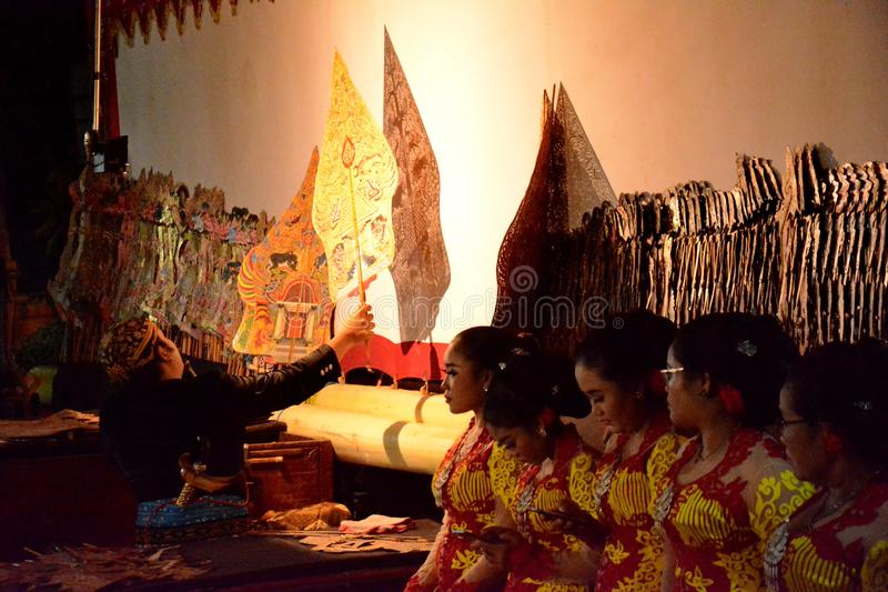 Dhalang/Dalang ?der Puppenspieler in Leistung Indonesiens Wayang stockbild