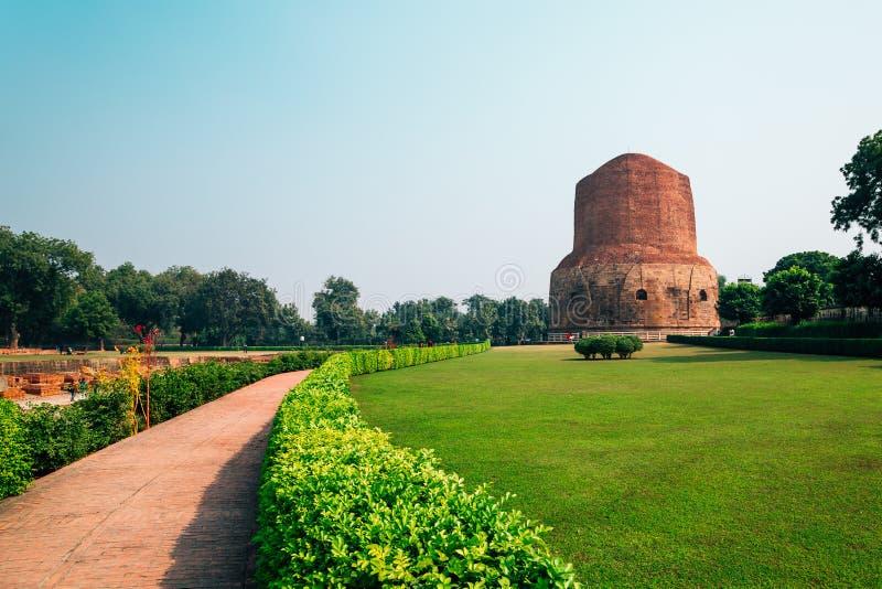 Dhamekh Stupa Sarnath en Varanasi, la India foto de archivo libre de regalías