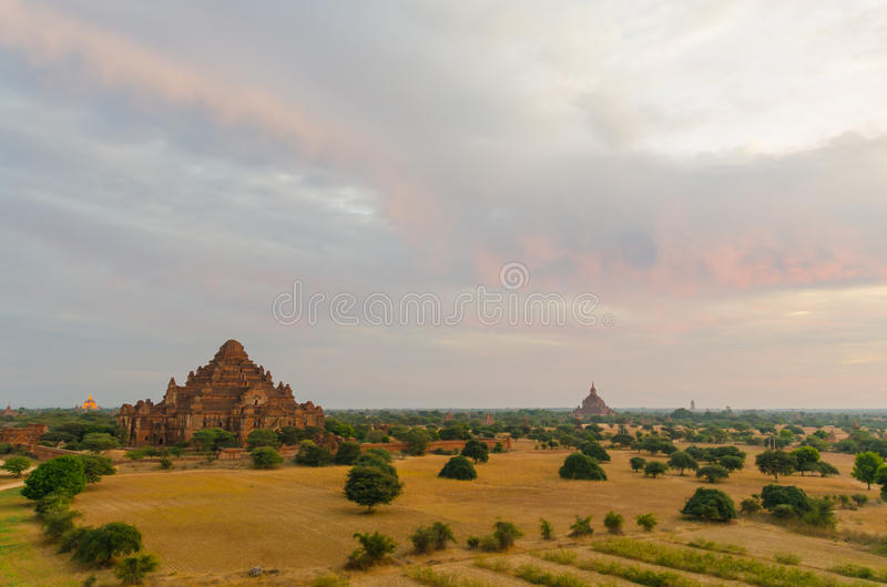 Dhammayangyi świątynia duża świątynia z gorącym powietrzem szybko się zwiększać w Bagan (poganin) obrazy royalty free