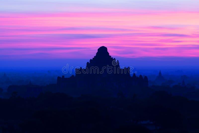 Dhammayangyi pagod på solnedgången i den Bagan Archaeological zonen, Myanmar royaltyfria foton
