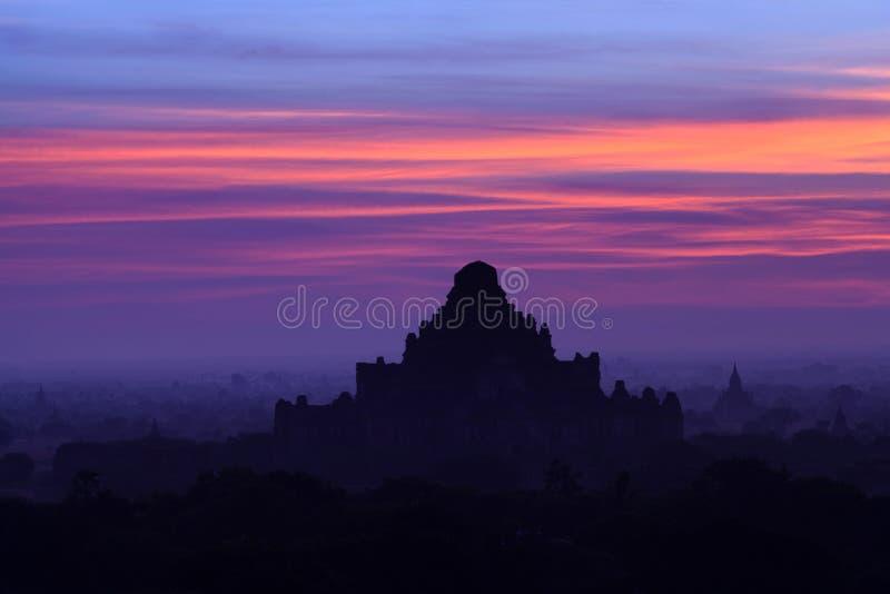 Dhammayangyi Pahto pagod på solnedgången i den Bagan Archaeological zonen royaltyfri fotografi