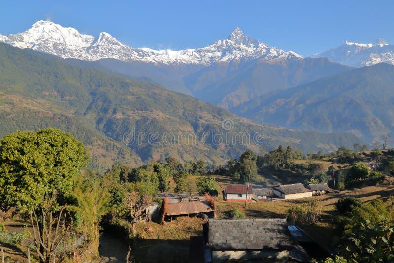 DHAMPUS NEPAL: Himalaya berg med det Machapuchare maximumet som ses från den Dhampus byn nära Pokhara arkivbilder