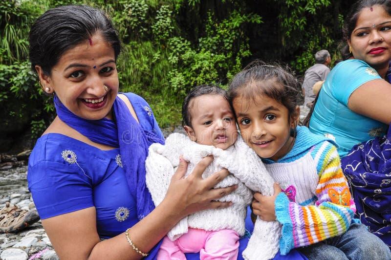 Dharamsala, India, il 6 settembre 2010: Famiglia indiana sorridente con fotografie stock libere da diritti