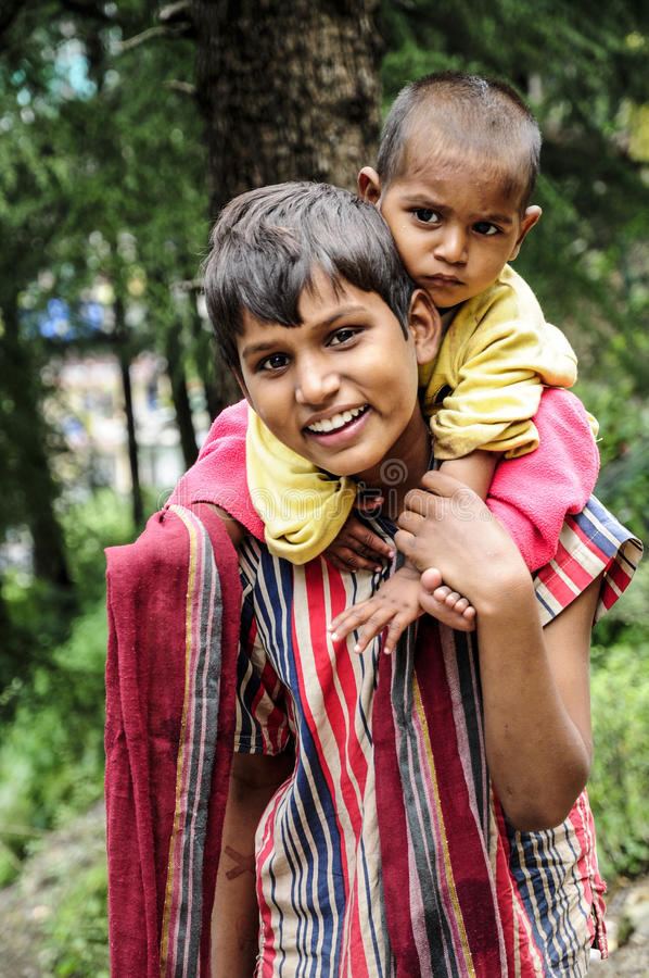 Dharamsala, India, il 6 settembre 2010: Fratelli germani indiani che sorridono sopra immagini stock libere da diritti