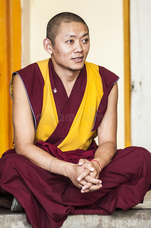 Dharamsala, India, il 6 settembre 2010: Monaco tibetano che si siede nel TR immagine stock