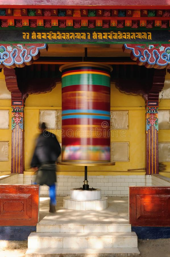 Dharamsala, Kalaczakra-tempel, Boeddhistisch gebedwiel royalty-vrije stock foto's