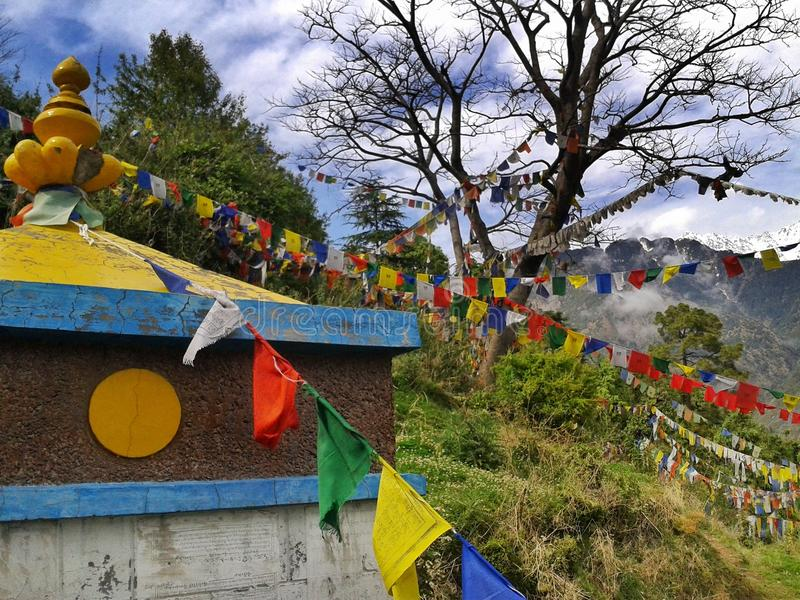 Dharamshala, Mcleodganj, Índia de Himachal Pradeh/- 20 05 2018: Perto do templo de Dalai Lama Bandeiras budistas coloridas com ma fotografia de stock