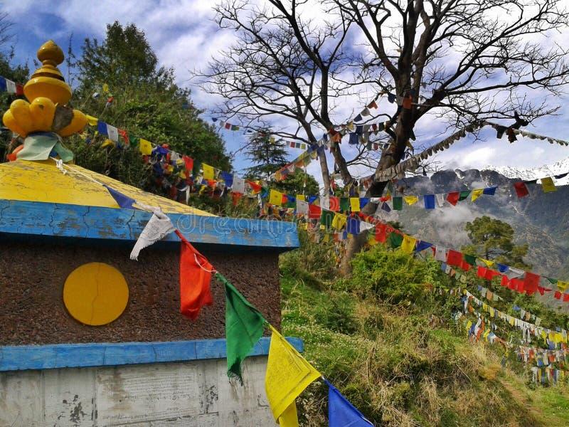 Dharamshala, Mcleodganj, Himachal Pradeh/Индия - 20 05 2018: Около виска Далай-ламы Красочные флаги буддиста с мантрами стоковая фотография
