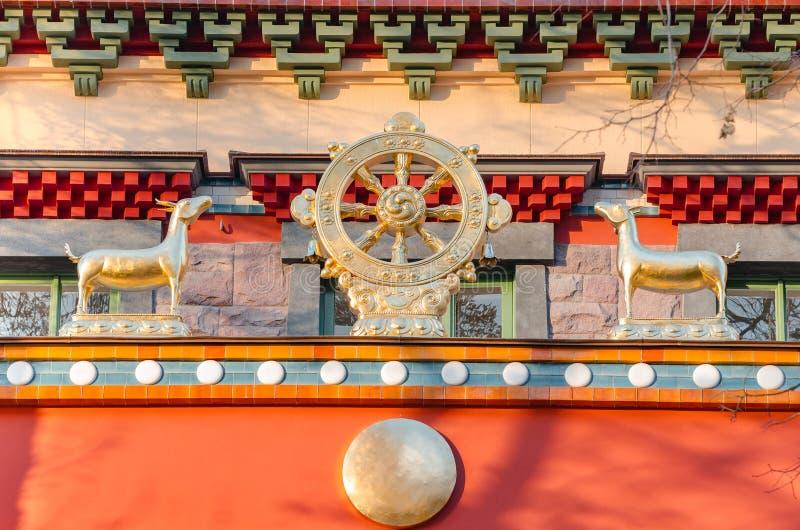 Dharmacakra - rueda del Dharma y del simbol de dos gamas del buddhism, hinduism, jainismo foto de archivo