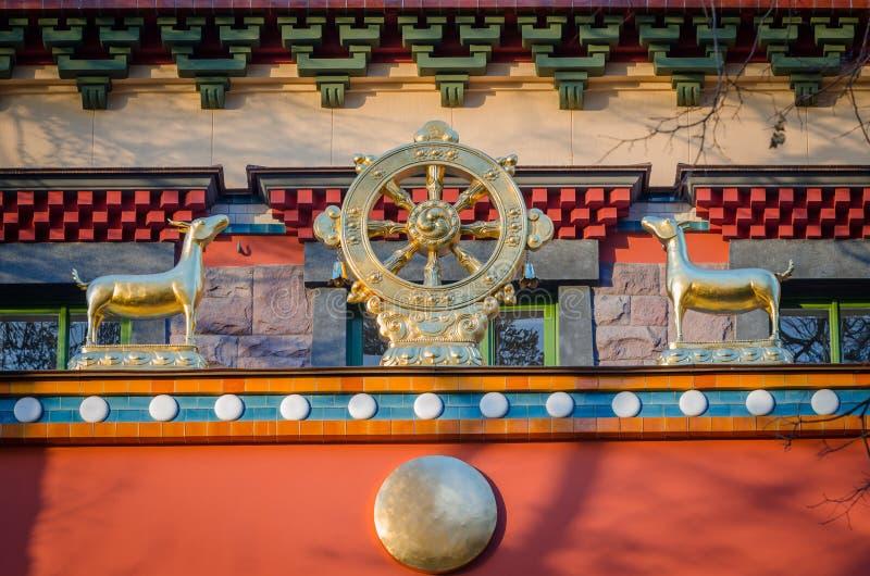 Dharmacakra - Wiel van Dharma en twee damhindesimbol van boeddhisme, hinduism, jaïnisme royalty-vrije stock foto's