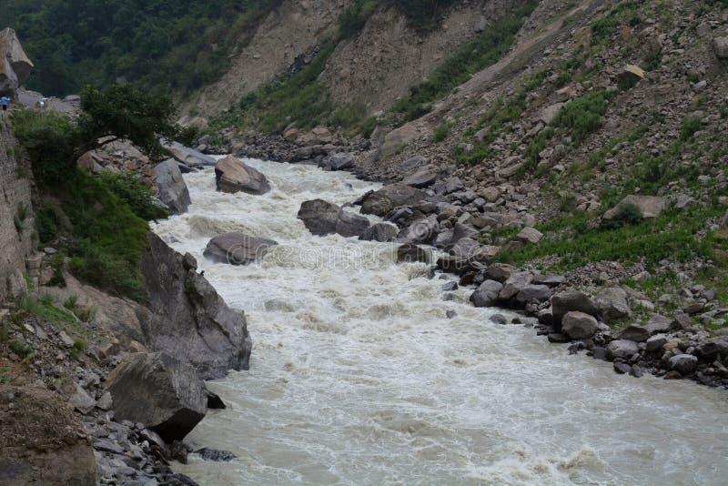 Dhauliganga är en av de sex källströmmarna av Gangeset River, Uttarakhand, Indien arkivfoton