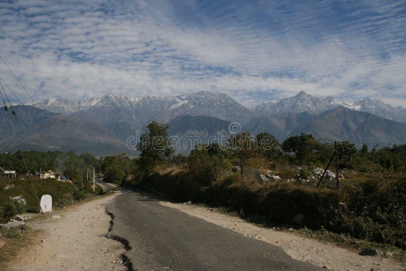 Download Dhaulladhar Ιμαλάια ι Kangra Στοκ Εικόνες - εικόνα από ουρανός, λόφοι: 2227558