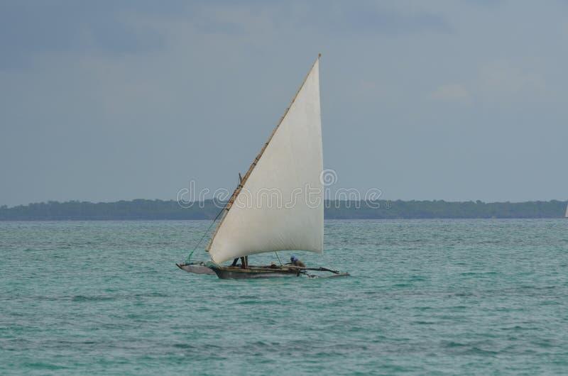 Dhaw de bateau de pêcheurs sur l'île de Zanzibar photos libres de droits