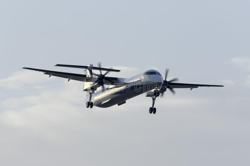 DHc-8 на полете поставки к Японии стоковые изображения