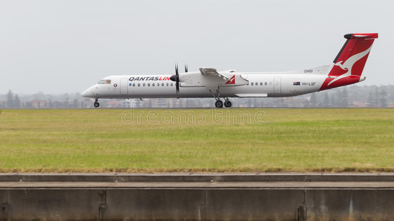 DHC-8-402 Rojo-blanco imagenes de archivo