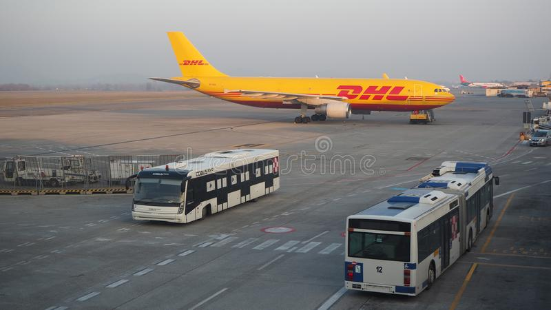 DHL Boeing 767 à l'aéroport international de Milan Bergame photo libre de droits