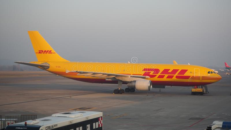 DHL Boeing 767 an internationalem Flughafen Mailands Bergamo stockfoto